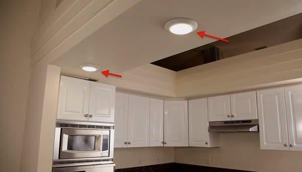 Distribuci n de iluminaci n en sal n cocina decoraci n - Luces empotradas en el techo ...