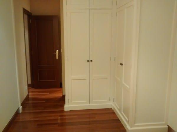 Adesivo De Orelha Para Bebe ~ Como amueblar un dormitorio matrimonio de 4 5×2 5 con puerta y ventana enfrentadas y armario