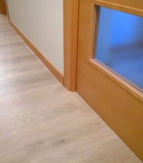 Puertas oscuras caoba laminado roble claro y rodapi - Combinar suelo y puertas ...