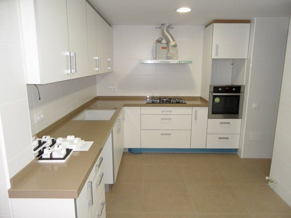 Qu color de cocina y encimera va con pared con azulejos blancos biselados tipo metro y suelo - Cocinas alicatadas ...