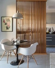 Dividir ambientes con cortinas estores en techo for Separacion entre cocina y comedor