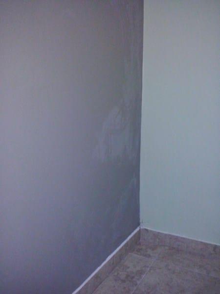 Manchas blancas en pared reci n pintada pintura - Como quitar la pintura de la pared ...