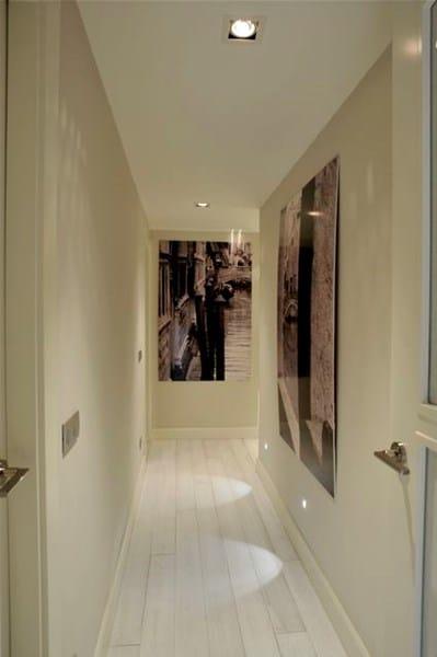 pasillo largo estrecho y oscuro que color de paredes