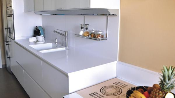 Copete en encimera de cocina indispensable - Paredes de cocina sin azulejos ...