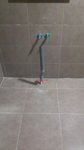 Colocar mueble de lavabo suspendido con toma de desag e en for Cambiar el suelo de un piso