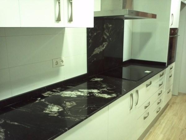 Elegir color muebles de cocina y encimera decoraci n - Cocinas color burdeos ...