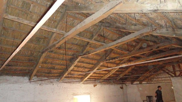 C mo restaurar tejado de vigas de madera ca izo teja for Tejados de madera economicos