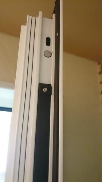C mo ajustar las gu as de cierre de una puerta de pvc - Manivela puerta aluminio ...