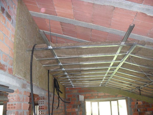 Friso para el techo de un granero carpinter a - Como colocar pladur en techo ...