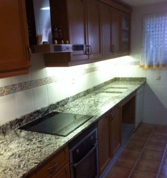 Elegir color muebles de cocina y encimera decoraci n for Combinar muebles en color cerezo y blanco