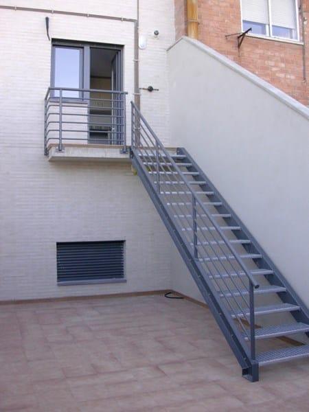 Eliminar huecos entre pelda os de escalera alba iler a for Escaleras de exterior metalicas