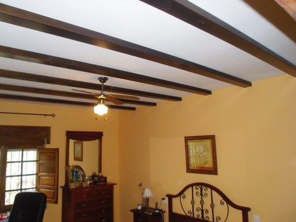 Techo demasiado desnivelado para vigas decorativas for Tirol en techos de casas