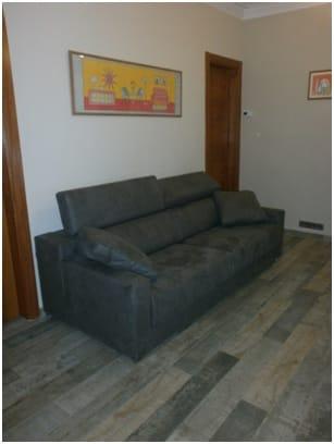 Como puedo conseguir ambiente c lido con sof gris - Decoracion combinar suelo y puertas ...