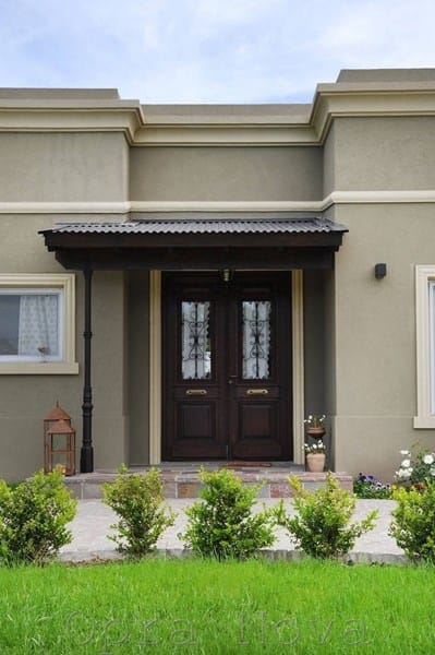 Se puede poner puerta de la calle de madera oscura siendo for Puertas semi macizas blancas