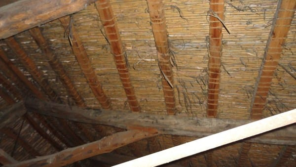 C mo restaurar tejado de vigas de madera ca izo teja - Como colocar vigas de madera ...