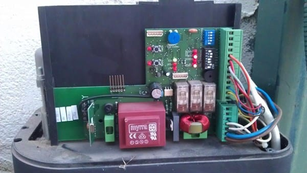 Puerta de garaje corredera no funciona dom tica - Motor puerta garaje seccional ...