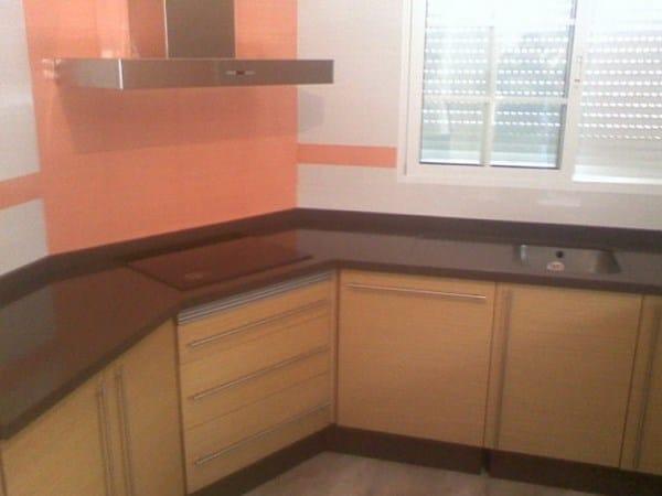 Qu color de cocina y encimera va con pared con azulejos for Como poner baldosas en pared