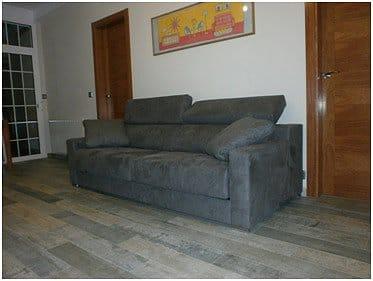 Como puedo conseguir ambiente c lido con sof gris for Suelo gris y puertas blancas