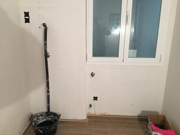 adjuntare foto real ahora digamos que el mueble har forma de l ya que en la izquierda va hasta techo pero en el lado derecho solo a la altura debajo la