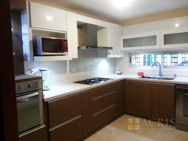 Qué color de cocina y encimera va con pared con azulejos blancos