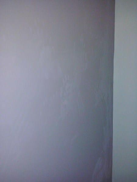 Manchas blancas en pared reci n pintada pintura - Pintar paredes blancas ...