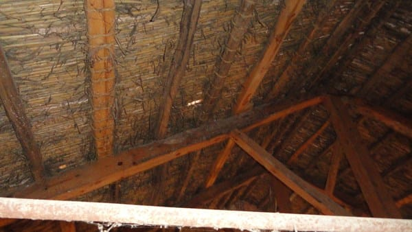 C mo restaurar tejado de vigas de madera ca izo teja for Tejados de madera vista