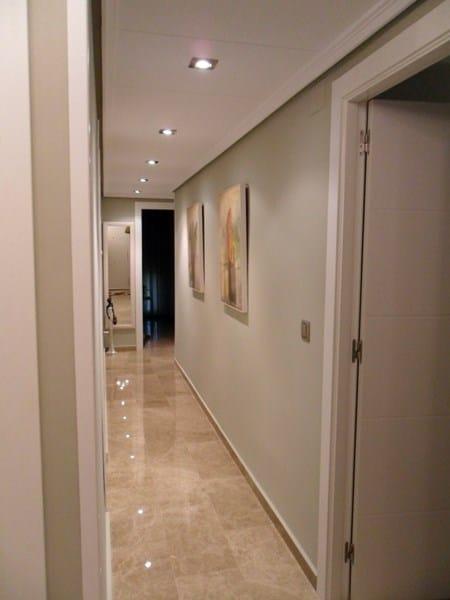 pasillo largo estrecho y oscuro que color de paredes On que color elegir para un pasillo oscuro