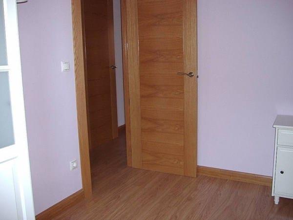 Puertas roble suelo laminado roble rodapi s blanco - Suelo oscuro puertas blancas ...