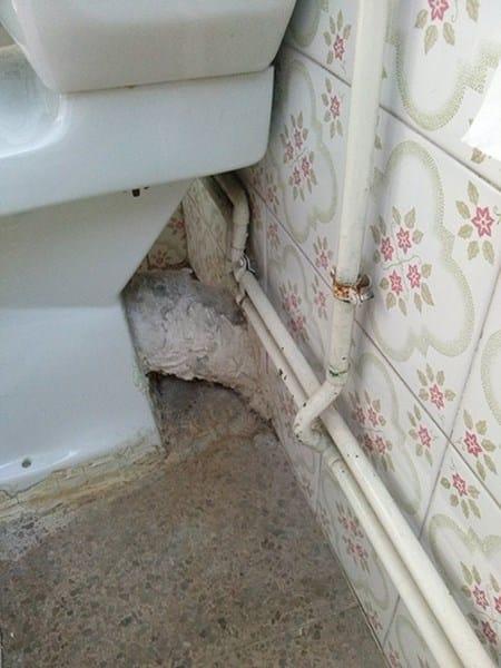 Cambiar inodoro cisterna alta inodoro de pie de porcelana for Abrir cisterna roca