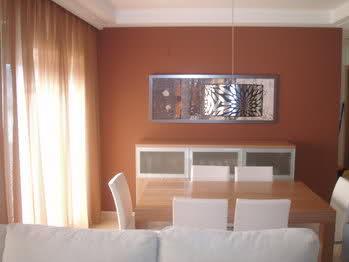 Color de paredes para sal n amplio con mucha claridad y for Colores para paredes de salon