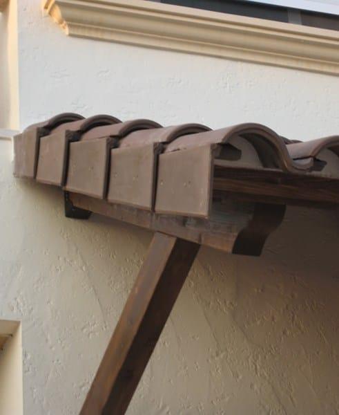 Tejas en marquesina de madera est n bien puestas alba iler a - Tejadillo para puerta ...