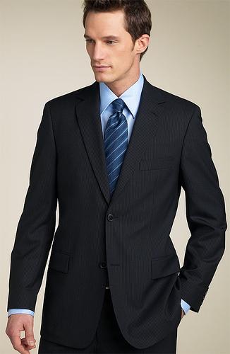 En ambos casos, el color de la corbata recomiendo que sea brillante, es decir no mate. Es un detalle que hace que quede como para un día de fiesta.