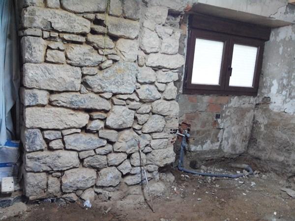 Color en mecanismos el ctricos en pared de piedra - Embellecedores de luz ...