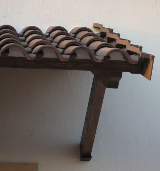 Tejas en marquesina de madera est n bien puestas for Crear una cubierta de madera