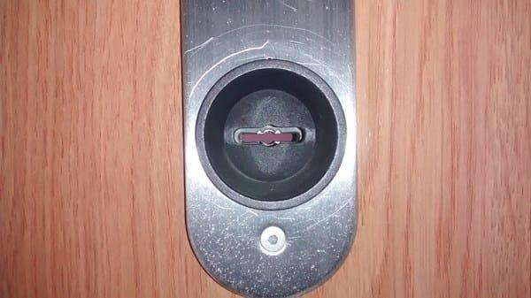Como poner el pl stico de intimidad o similar en la cerradura de una puerta reparaciones - Como cambiar las puertas de casa ...